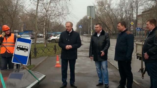 В. П. Ружицкий проверил, как устанавливают остановочные павильоны в Люберцах